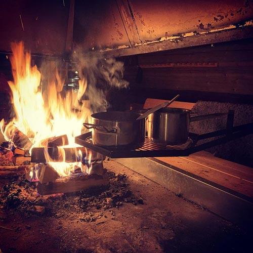 Grytor på ett galler över öppen eld