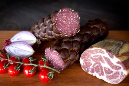 Korv, kött och tomater